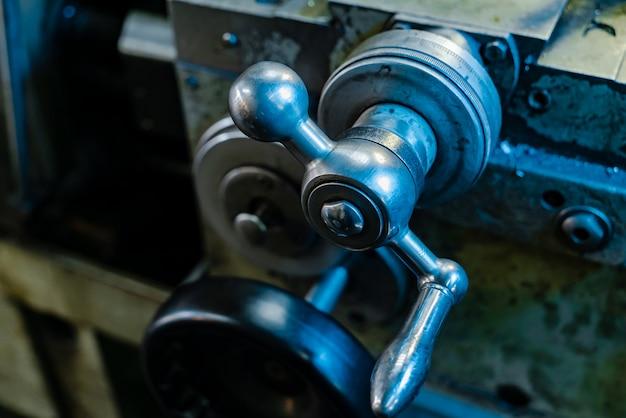 工場での金属の旋盤の要素。