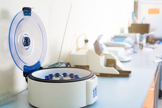 病院の医療用遠心機。医療機器。血液検査