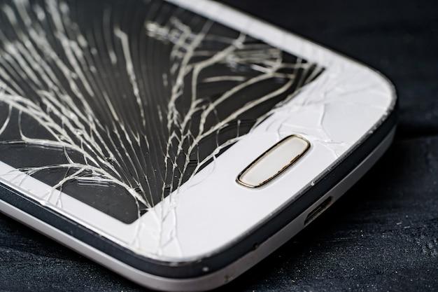 壊れた電話。電話の修理。スマートフォンの壊れた画面