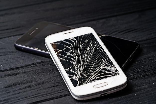 Смартфон с разбитым экраном