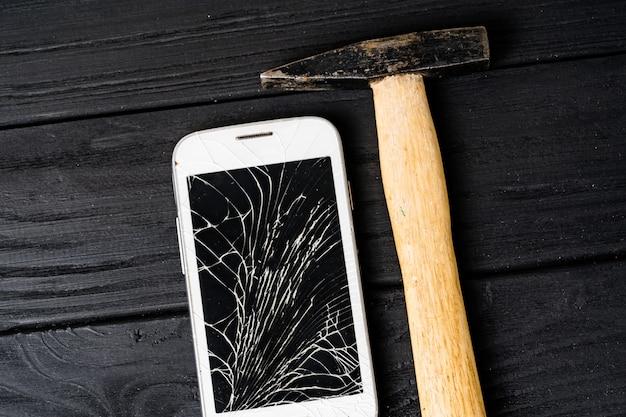 現代の壊れた携帯電話。壊れた画面を持つスマートフォン