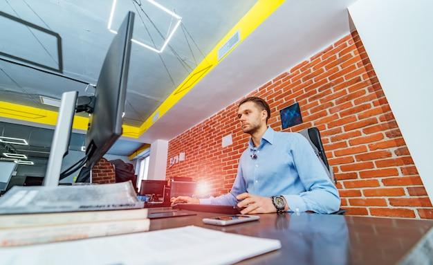 プログラミングおよびコーディング技術の開発。ウェブサイトデザイン。ソフトウェア開発会社のオフィスで働くプログラマー。