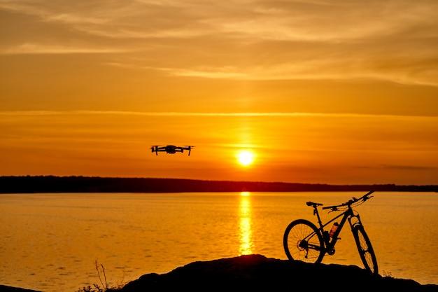 川沿いの美しい夕日