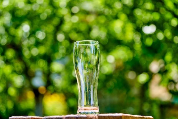 木製のテーブルにビールの空のグラス