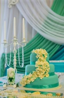 キャンドルとケーキの結婚式のテーブル