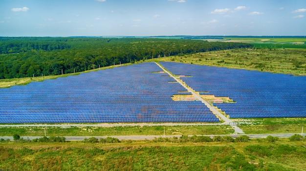 ソーラーパネルの空撮。太陽光発電システム