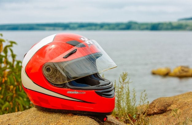 自然の背景にオートバイのヘルメット