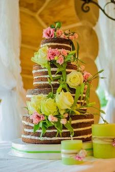 黄色の花でエレガントなウェディングケーキ
