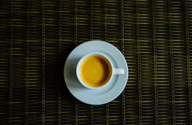 Горячий кофе в белой чашке