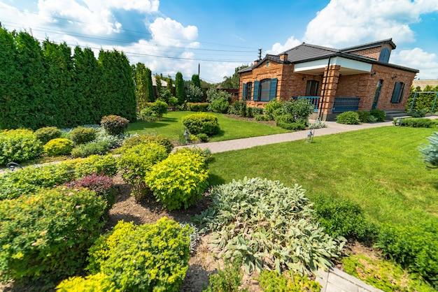 ランドスケープデザイン。裏庭の美しい庭園の美しい景色。