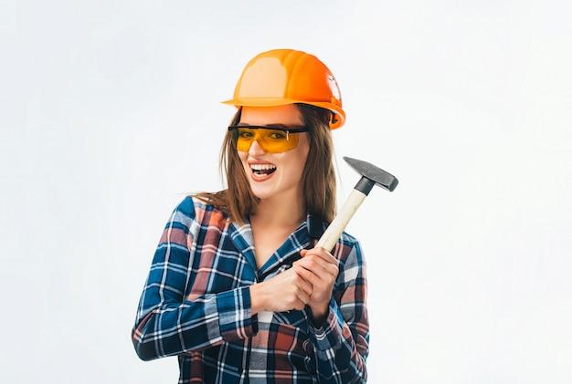 ハンマーを持ってヘルメットを持つ女性