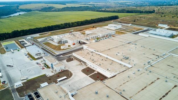 白い建物と近代的な大きな工場の平面図。工業団地。空撮。