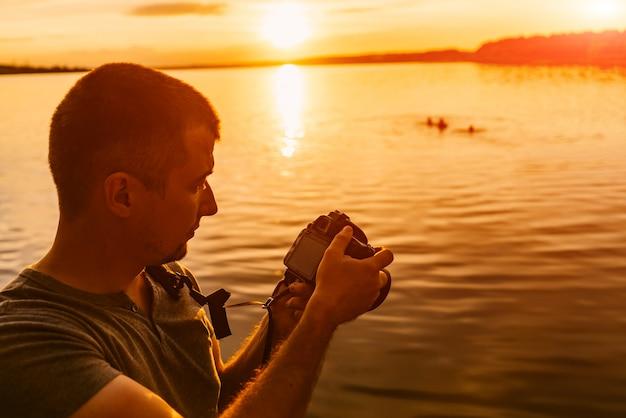 プロの写真家は、夕方の日没でカメラで写真を調べます。