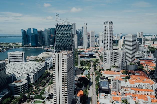 高層ビルの街並みの空撮