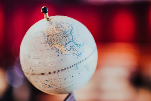 世界地図とグローブ