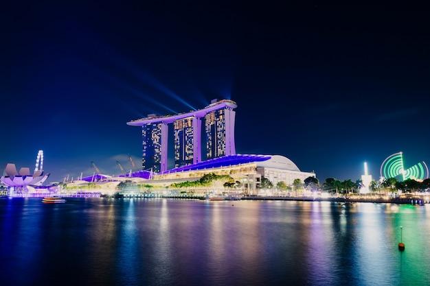 Городские здания ночью над морем
