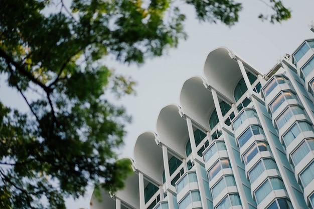 Современное здание видно снизу