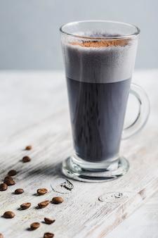 グラスにブラックコーヒーを飲む