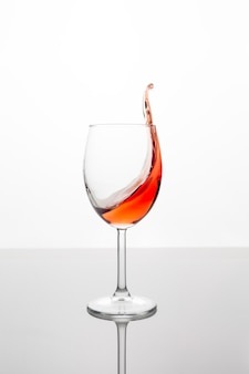 波と赤ワインのガラス