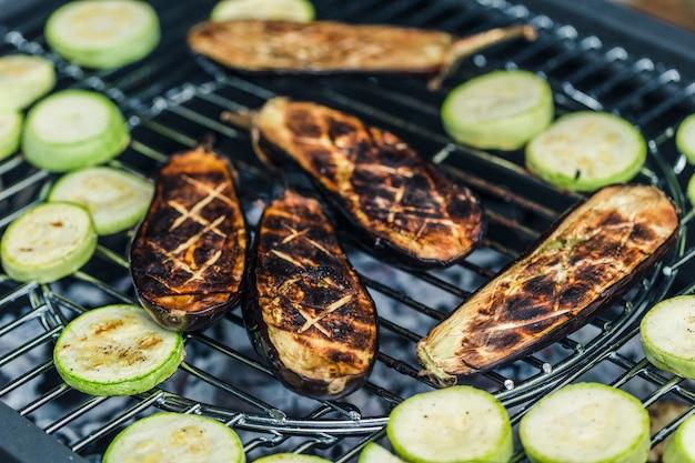 野菜ズッキーニとビーフステーキは、バーベキューで調理されています