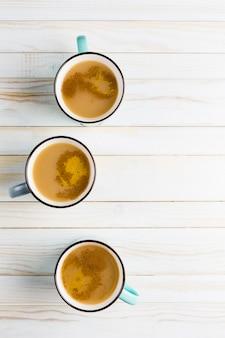 シナモンと生姜の冬のスパイスとセラミックカップのマサラ茶