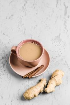 シナモンと生姜の冬のスパイスと皿の上のカップに茶マサラ