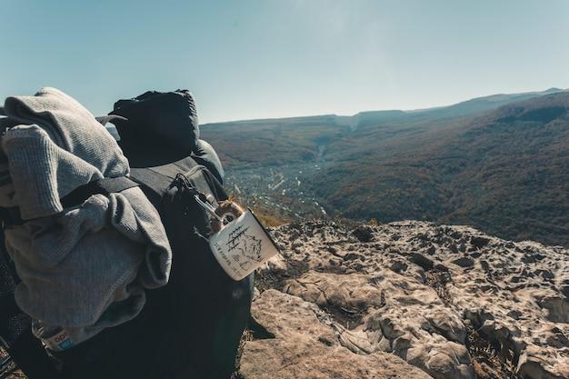 バックパックで山でのハイキング