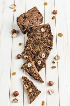 Безглютеновый хлеб с семенами фундука и льна на деревянной доске