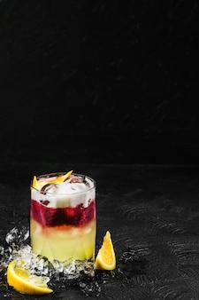 Вкусный освежающий коктейль из апельсина и ягод со льдом