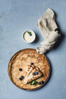 ブルーベリーとミントのパンにいくつかのパンケーキ、グレービーボートのコンデンススイートミルク