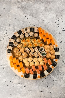 Набор суши роллов на большой тарелке