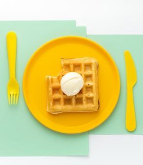 黄色の幼稚な皿の上のワッフル