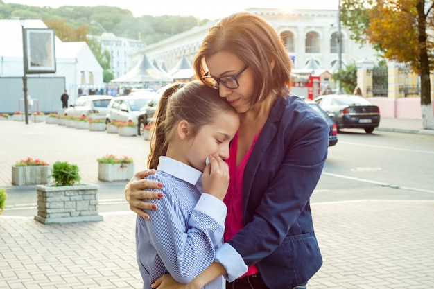 泣いている娘を慰める母