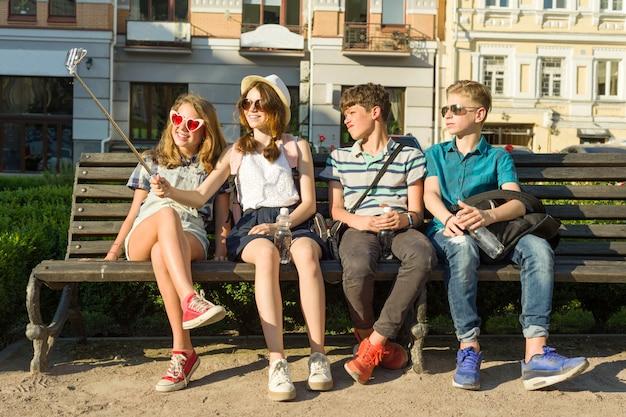 若者のグループは屋外で一緒に楽しんでいます。
