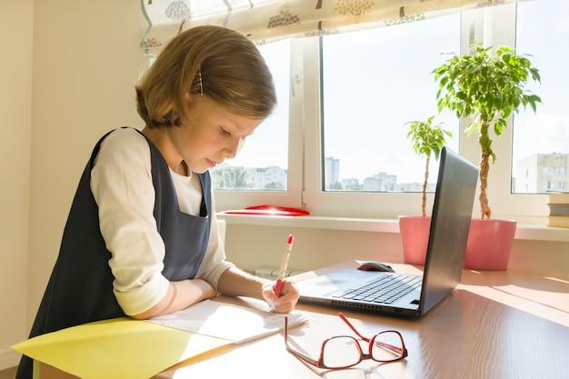 勉強している小さな女子学生