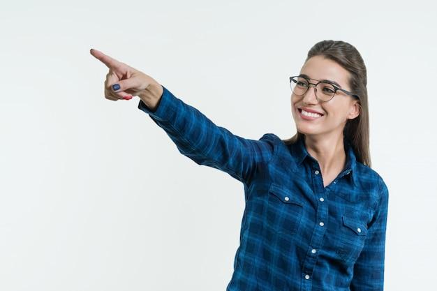 彼の指を指している肯定的な若い女性