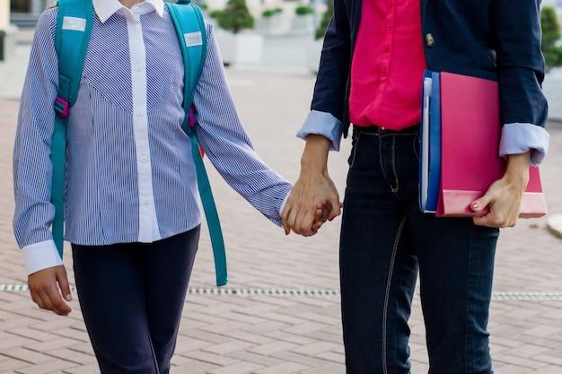 手を繋いでいる女性教師と女子生徒