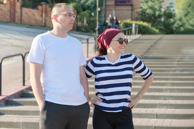階段の近く話している成熟したカップル