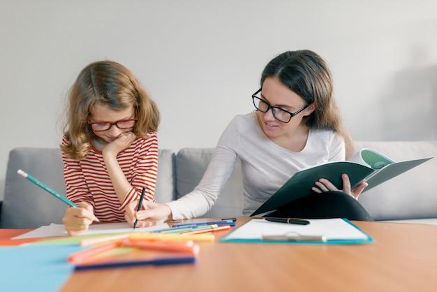 子供にプライベートレッスンを与える女性教師