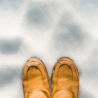 Женские ножки в сапогах на снегу