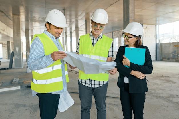 建築現場のエンジニア、建築者、建築家のグループ
