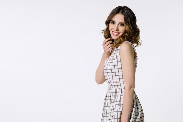 市松模様のドレスで美しいブルネットの少女