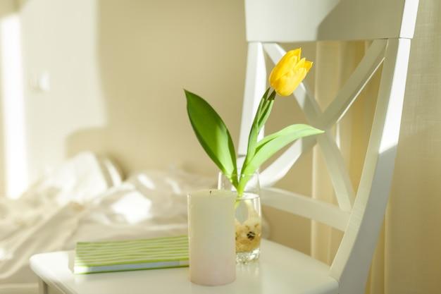 水とガラスの黄色いチューリップの花