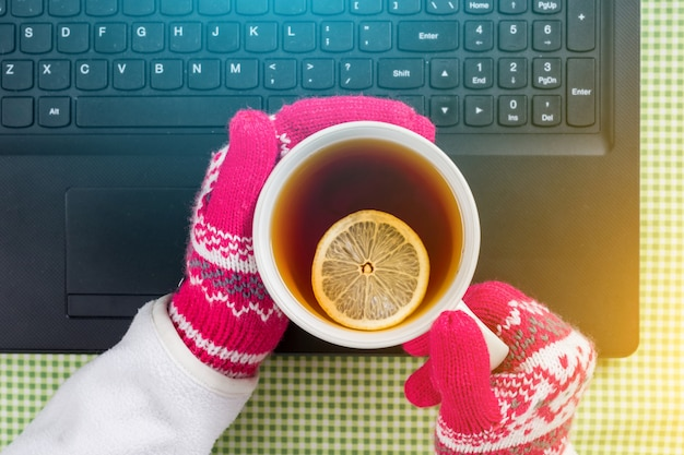 ノートパソコン、手袋、セーター、熱いお茶
