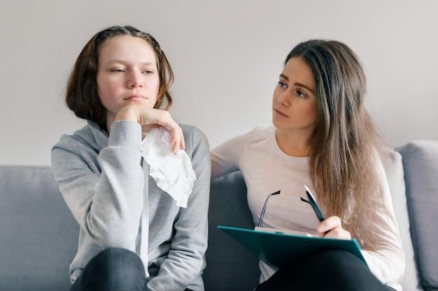 Профессиональный психолог разговаривает с девушкой-подростком