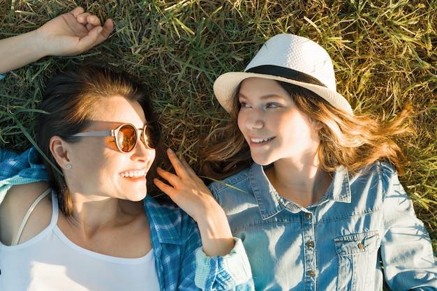 Мать и дочь на траве