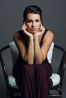 灰色の背景に若い女性の肖像画