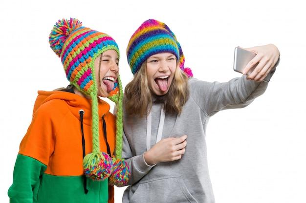 Зимний портрет двух счастливых красивых девушек-подростков