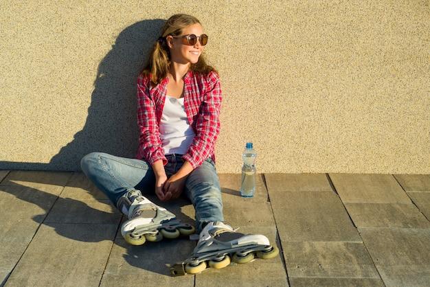 ローラーに笑顔の若い女の子