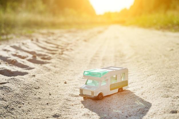 おもちゃのレトロな車-旅行と冒険のシンボル